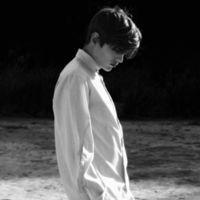 微信头像男生背影黑白伤感落寞的 思念已成烟被吹散